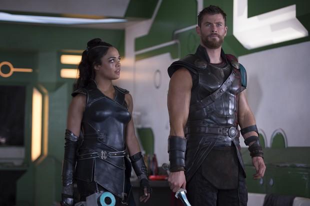 Tessa Thompson e Chris Hemsworth em cena de Thor: Ragnarok (Foto: Jasin Boland / Marvel Studios / Divulgação)