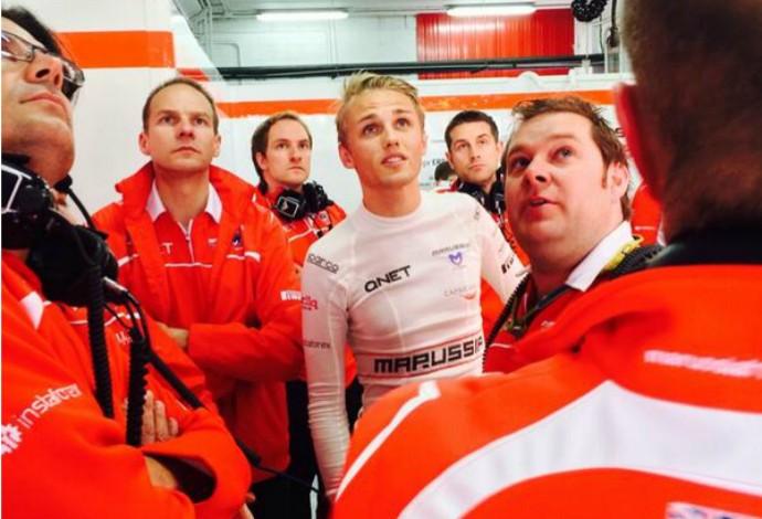 Max Chilton e funcionários da Marussia se surpreenderam com melhor tempo em Barcelona (Foto: Divulgação  )