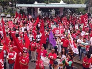 Manifestantes se reúnem na Praça Cívica, no Centro de Goiânia (Foto: Luísa Gomes/G1)