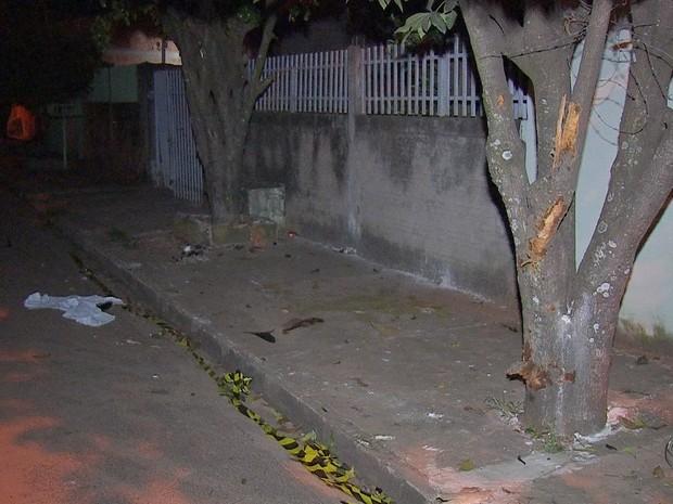 Garoto morreu ao bater em árvore durante fuga da polícia (Foto: Reprodução/ TV Morena)