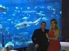 De férias em Dubai, Wesley Safadão leva a mulher em jantar com tubarões