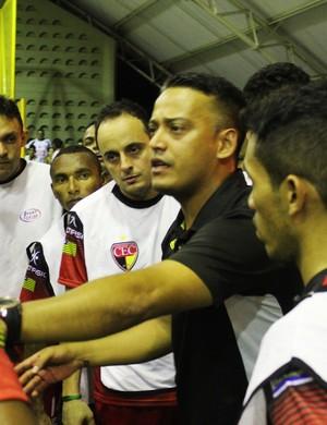 Cleminton Miranda, técnico do Cajuína, passa instruções aos jogadores (Foto: Ramiro Pena)
