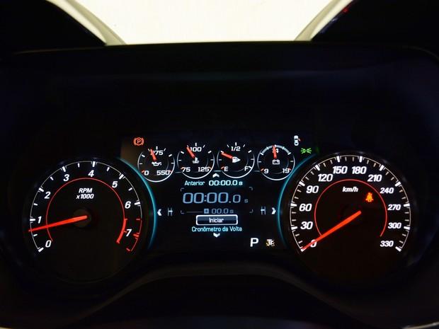Quadro de instrumentos tem relógio para acelerações de 0 a 100 km/h (Foto: Divulgação)