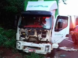 Motorista do caminhão não se feriu (Foto: Divulgação/PRF)
