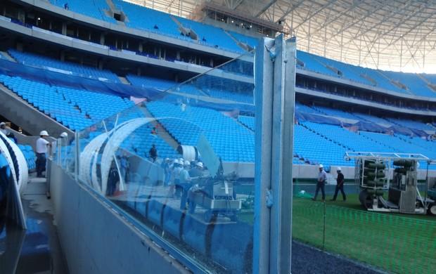Vidros temperados são colocados na Arena do Grêmio (Foto: Hector Werlang/Globoesporte.com)