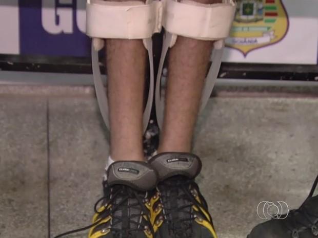 Jovem paraplégico foi detido suspeito de praticar assalto, em Goiânia, Goiás (Foto: Reprodução/TV Anhanguera)
