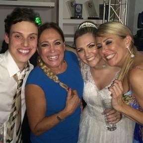 Susana com os noivos e a amiga Rosangela, mãe da noiva (Foto: Reprodução/Instagram)