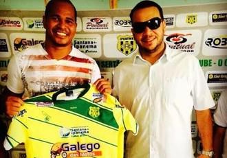 Aloísio Chulapa posa com a camisa do Ipanema (Foto: Reprodução Instagran)