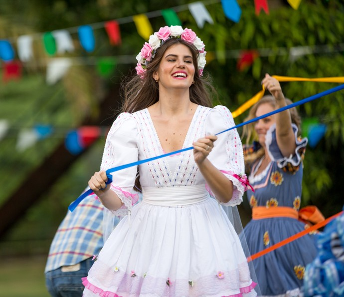 Camila Queiroz se diverte no arraiá do 'Estrelas' (Foto: Fabiano Battaglin/Gshow)
