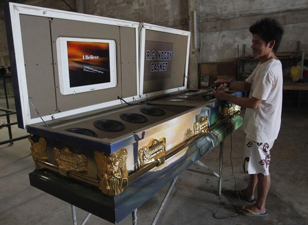 Fábrica nas Filipinas construiu caixão equipado com um sistema de karaokê. (Foto: Cheryl Ravelo/Reuters)