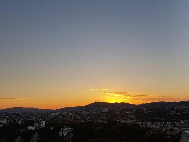 Segunda-feira (6) amanhece sem nuvens em Porto Alegre (Foto: Igor Grossmann/G1 )