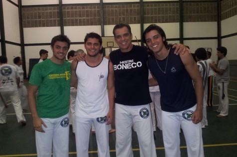 O capoeirista Beto Simas e os filhos e os filhos Felipe (esquerda) e Rodrigo (direita) e o enteado Bruno Gissoni (Foto: Divulgação)