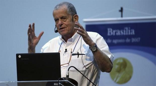 Ciechanover identificou o mecanismo de eliminação de moléculas de proteínas danificadas ou desnecessárias para o organismo e cuja falha pode levar ao câncer e às doenças degenerativas (Foto: Agência Brasil)