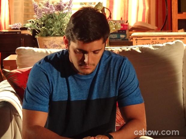 André manda mensagem para Bárbara e sente falta da amiga (Foto: Em Família / TV Globo)