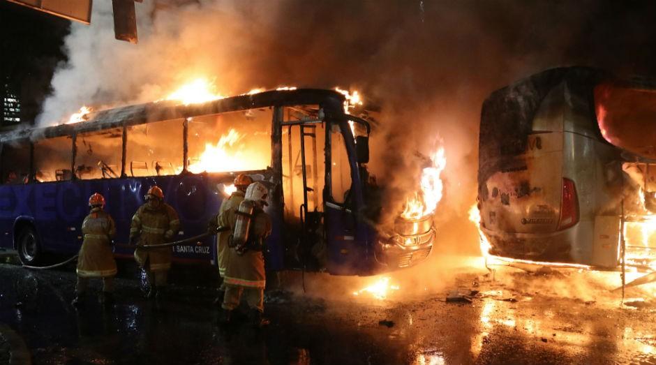Manifestantes incendeiam ônibus durante protesto contra as reformas trabalhista e da Previdência no Rio de Janeiro (Foto:  Vladimir Platonow/Agência Brasil)