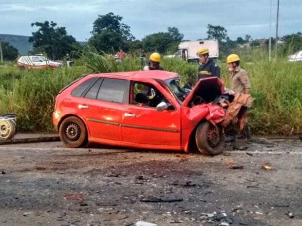 Dois carros bateram de frente e duas pessoas morreram Jaraguá Goiás (Foto: Divulgação/Bombeiros)