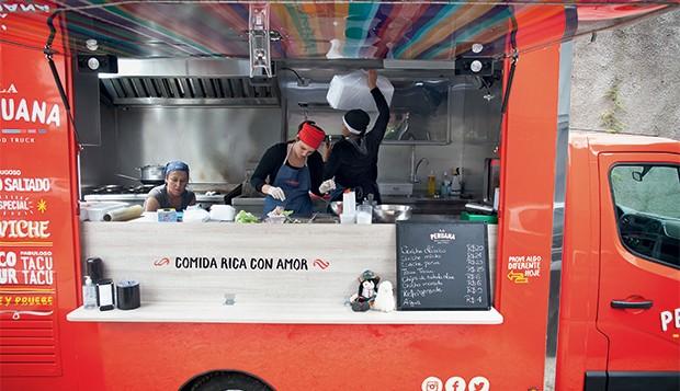 NA MODA A chef Marisabel Woodman (de lenço vermelho) em seu food truck. A alta gastronomia  é levada à rua (Foto: Letícia Moreira/ÉPOCA)