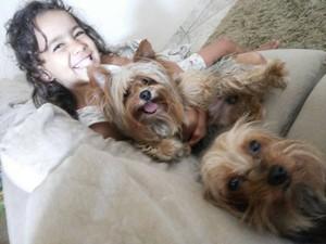 Luíza foi presenteada com um cão aos 2 anos de idade (Foto: Sirley Campos/Divulgação)