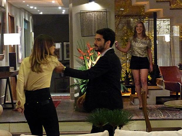 Pedro briga com Danielle e Amanda se diverte com situação (Foto: Tatiana Helich/ Gshow)