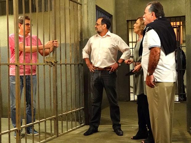 Felipe prefere ficar atrás das grades (Foto: Guerra dos Sexos / TV Globo)