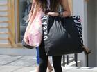 Com visual hippie, Selena Gomez passeia cheia de sacolas