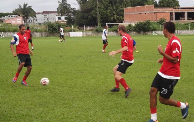 Fernandinho treina com o elenco atleticano e está confirmado na primeira decisão (Foto: Bruno Alves)