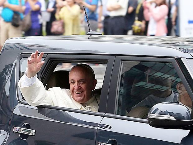 Papa saúda fiéis de dentro do veículo durante sua passagem pela Coreia do Sul. Imagem, que segundo a montadora, ajudou na alta das vendas do Kia Soul (Foto: Hwang Gwang-mo/Yonhap/Reuters)