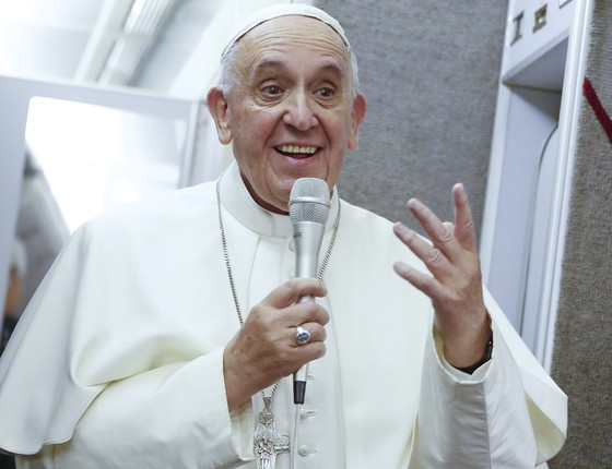 Papa Francisco conversa com a imprensa após voltar à rotina na Itália. Ele viajou durante dez dias à Cuba e aos Estados Unidos (Foto: Tony Gentile/Pool Photo via AP)