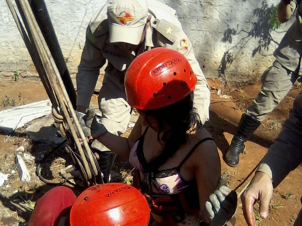 Segundo os bombeiros mulher resgatada de cisterna aparentava estar estável, em Goiás (Foto: Divulgação/ Corpo de Bombeiros)