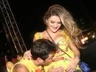 No carnaval de Salvador Ceará faz chamego na barriga de Mirella Santos