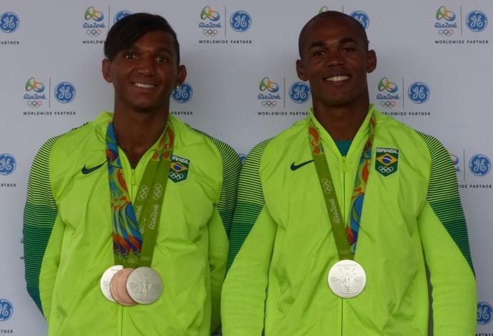 Isaquias Queiroz e Erlon de Souza, após a prata no C2 1000m na Olimpíada (Foto: Carol Fontes)