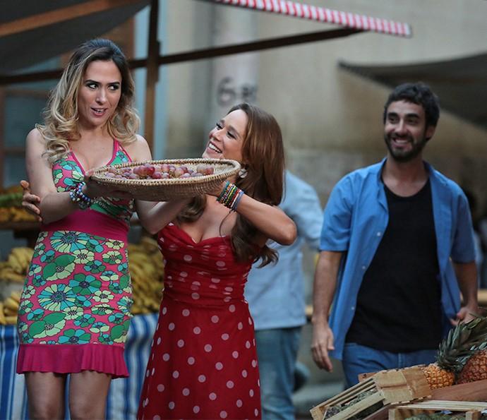 Tancinha ensina Fedora a vender na feira  (Foto: Isabela Pinheiro/Gshow)