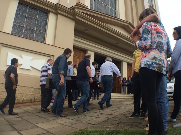 Corpo da jovem chega à igreja para o velório (Foto: Bernardo Bortolotto/RBS TV)