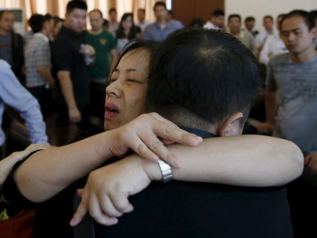 Parentes de passageiros do navio naufragado Estrela do Oriente se abraçam em Jianli, na China (Foto: Kim Kyung-Hoon/Reuters)