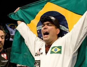 Lyoto com o cinturão dos meio-pesados do UFC (Foto: Getty Images)