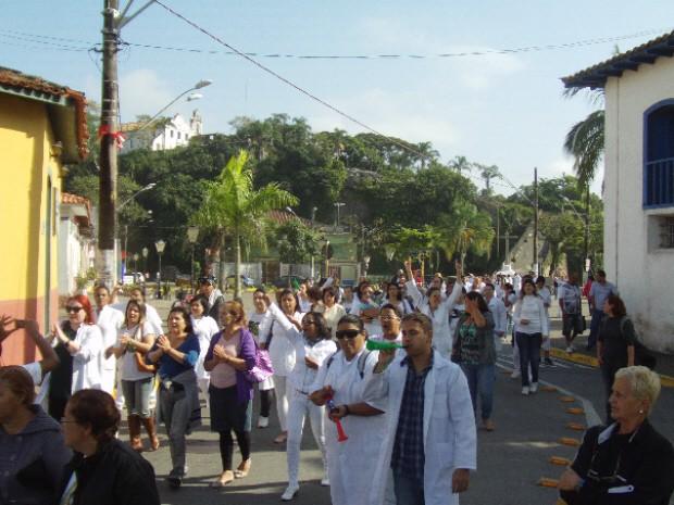 Grupo saiu pelas ruas do Centro da cidade com cartazes, em sentido ao Paço Municipal (Foto: Roberto Strauss / Arquivo Pessoa)