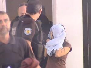 Filha do comerciante é presa pela polícia em Guararapes (Foto: Reprodução / TV TEM)