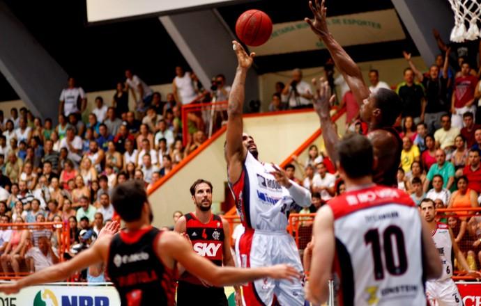 David Jackson e Meyinsse, basquete, Limeira x Flamengo (Foto: JB Anthero/Divulgação)