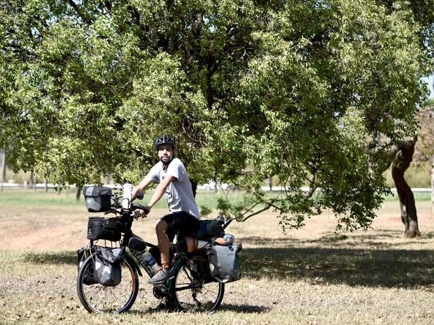 Fábio Moraes posa com a bicicleta que vai usar na viagem pela América do Sul que começa na segunda-feira (19) (Foto: Alexandre Bastos/G1)