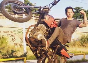 Yan empina moto customizada por ele (Foto: Arquivo pessoal)