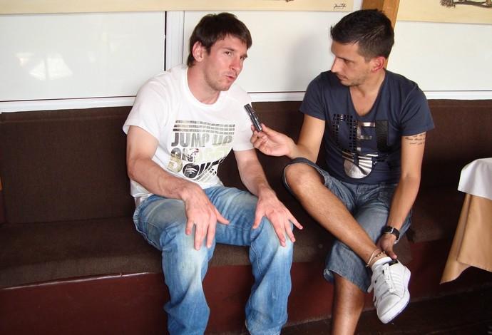 """Jorge """"Topo"""" López entrevista o craque argentino Lionel Messi, em foto de 2009 (Foto: Reprodução / Twitter )"""