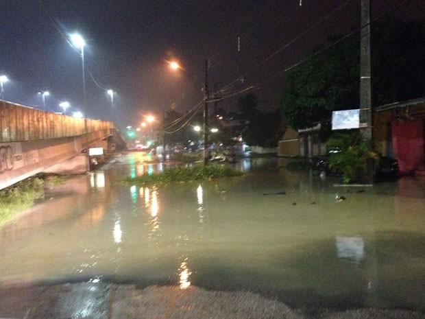 Canal transbordou na PE-15, em Olinda (Foto: Wanessa Andrade / TV Globo)