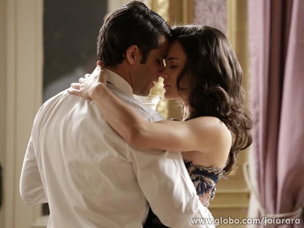 Clima de romance! Franz e Amélia passam a noite juntos em hotel (Foto: Fábio Rocha/TV Globo)