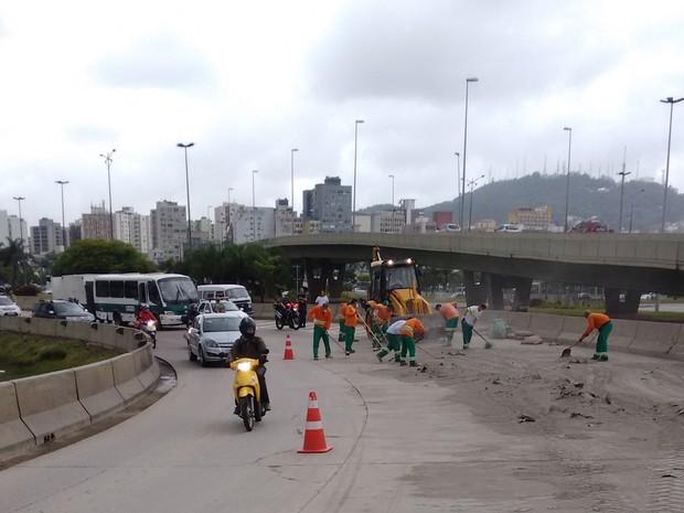 Trabalhadores da Comcap precisaram limpar a pista (Foto: Fabio Cardoso/RBS TV)