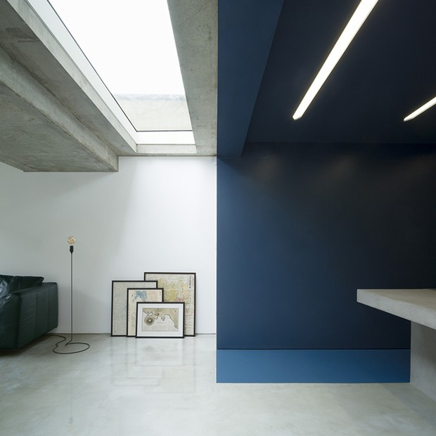 Azul e concreto modernizam anexo de clássica casa londrina (Foto: Divulgação)