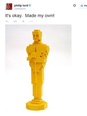 Phil Lord, diretor de 'Uma aventura Lego', publicou uma estatueta de Lego após ser esnobado pela Academia de Hollywood (Foto: Reprodução/Twitter)