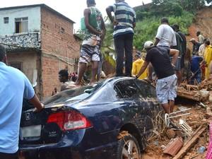 Deslizamento de terra deixou ao menos quatro mortos na manhã desta segunda-feira (27) na Avenida San Martin, em Salvador (BA) (Foto: Romildo de Jesus/Futura Press/Estadão Conteúdo)