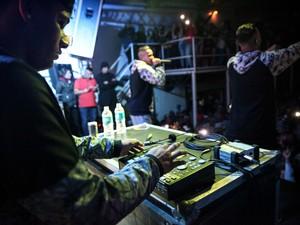 Vista do show da dupla Zaak e Jerry por trás da mesa do DJ no Asas Show, em Taboão da Serra (Foto: Fábio Tito/G1)