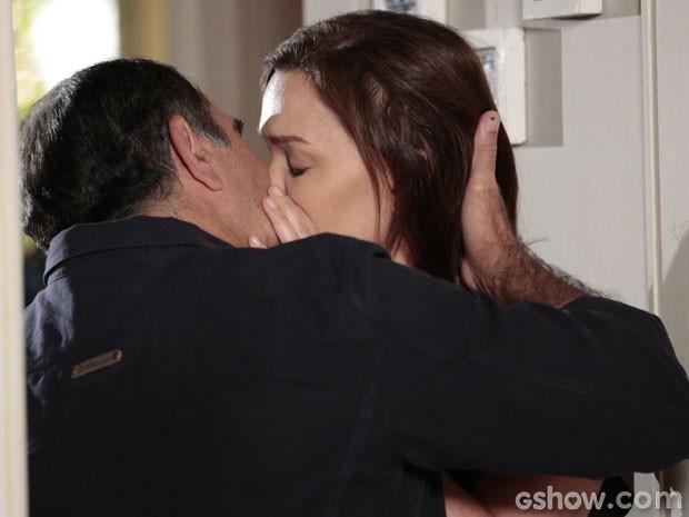 O casal se beija e faz as pazes (Foto: Felipe Monteiro/TV Globo)