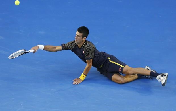 Djokovic se joga no chão para pegar bola na final da Austrália (Foto: Agência EFE)